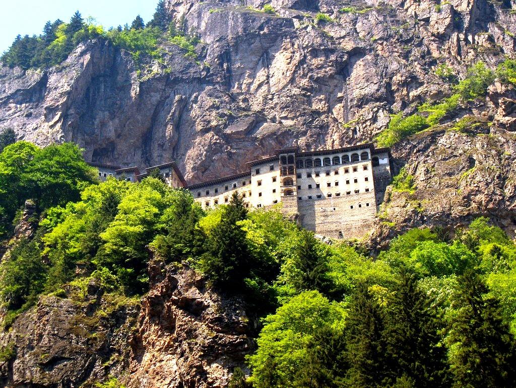 скальный монастырь сумела