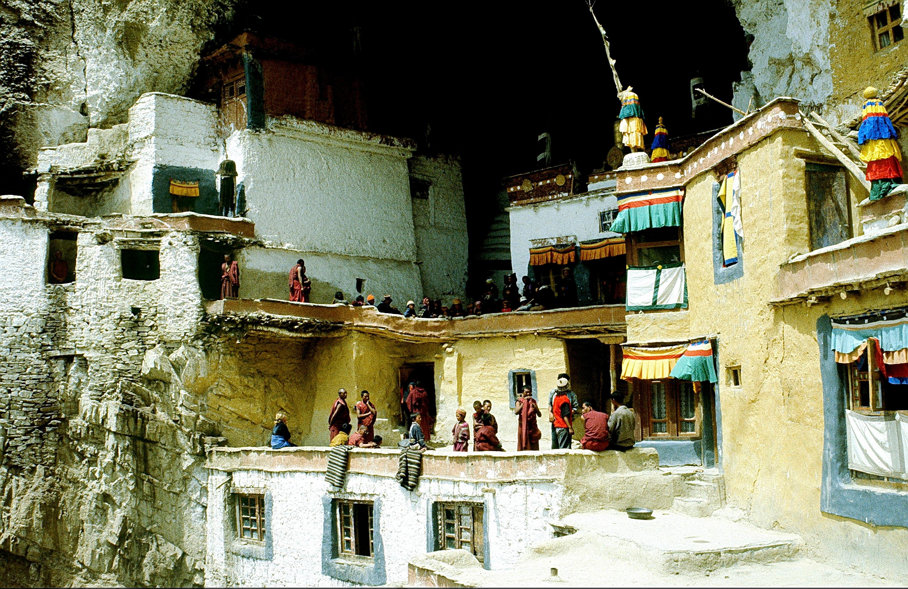 монахи монастыря фугтал