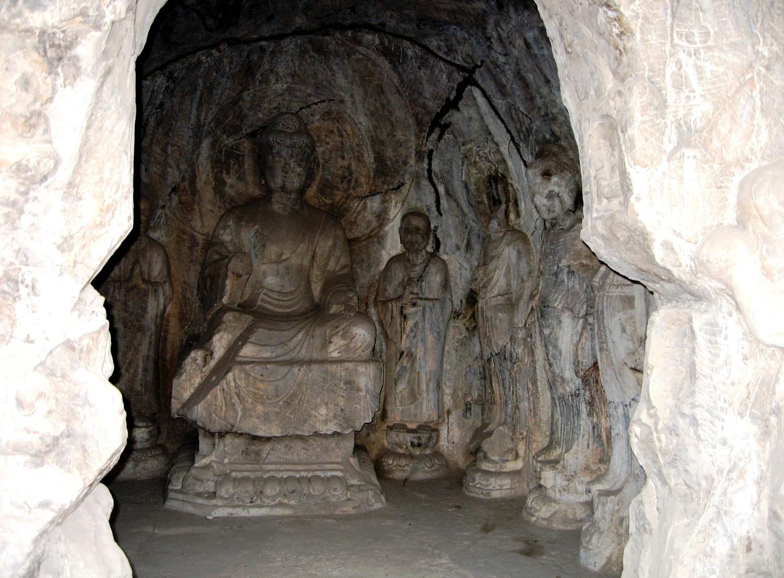 статуэтка будды в лунмэне