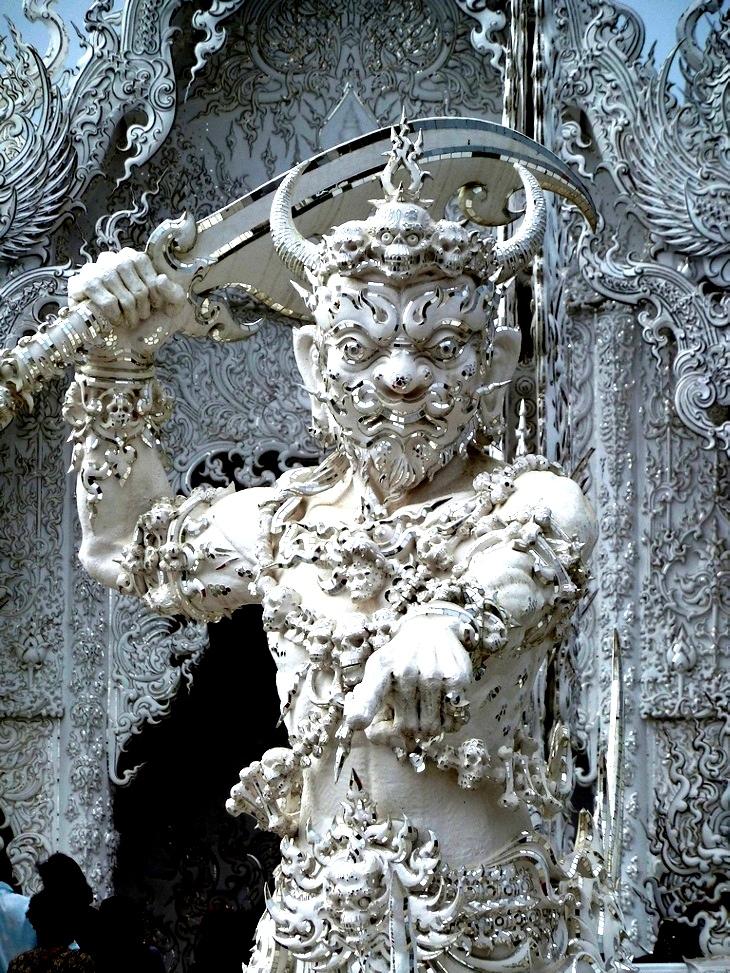 статуя демона в белом храме
