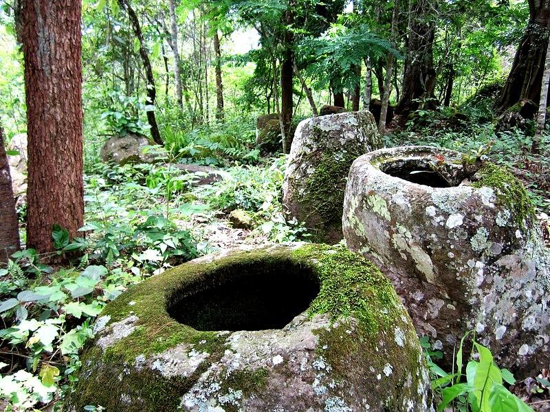 каменные кувшины в лесу