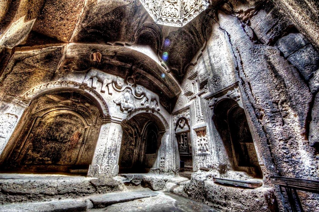 колонны монастыря гегард