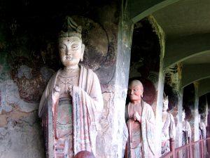 статуэтки будд в гротах
