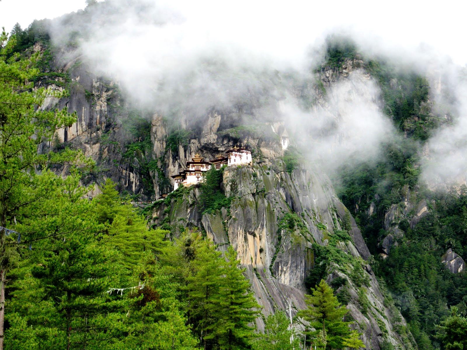 монастырь такцанг в облаках