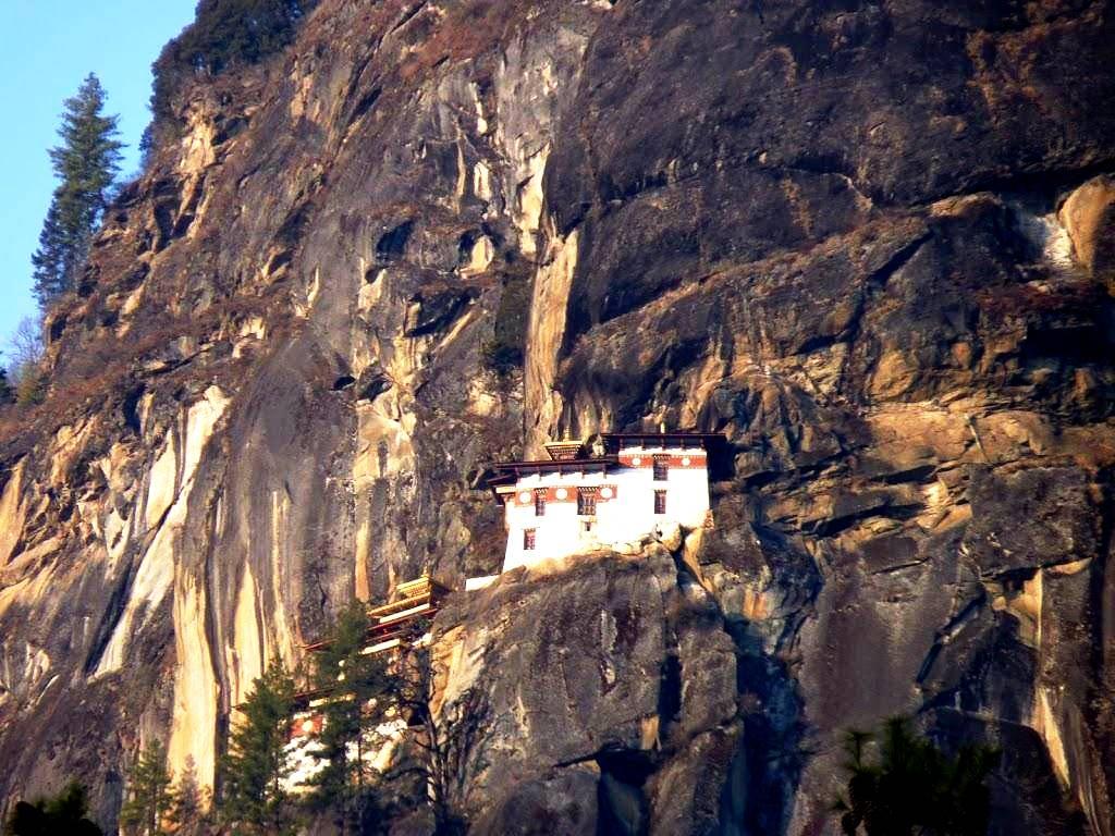 монастырь и скалы