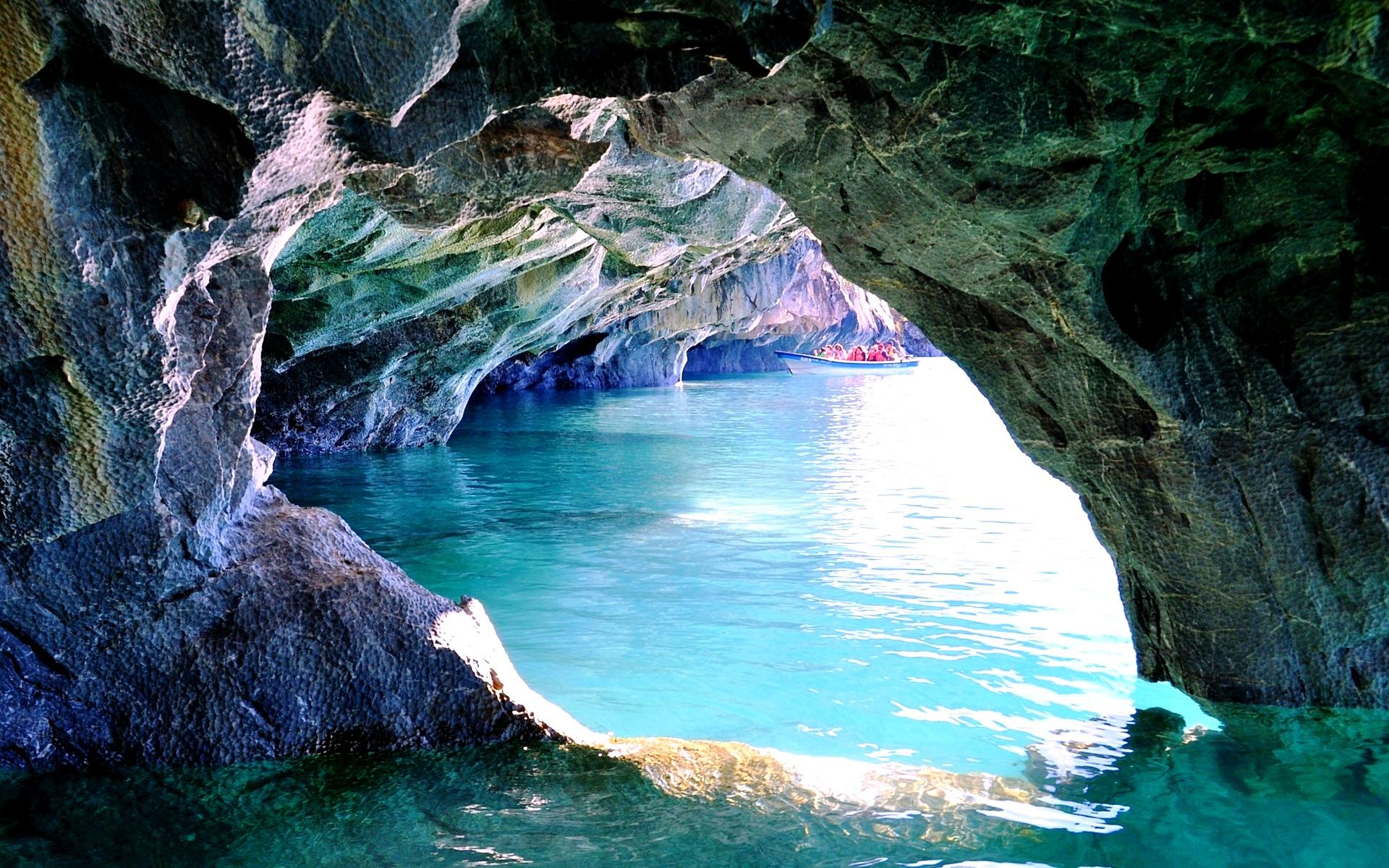 вид на озеро из пещеры