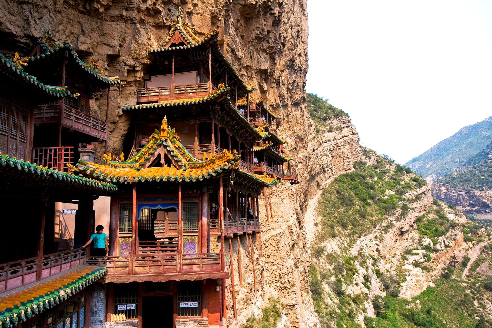 вид на окрестности висячего монастырян