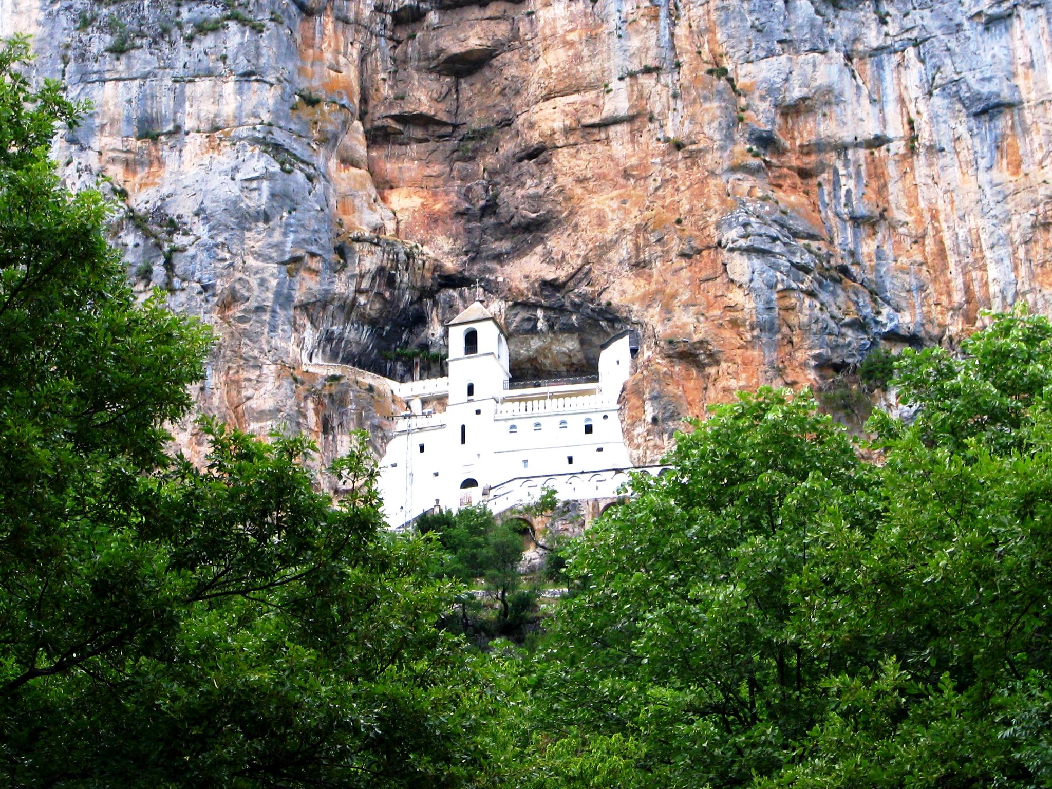монастырь острог в зелени