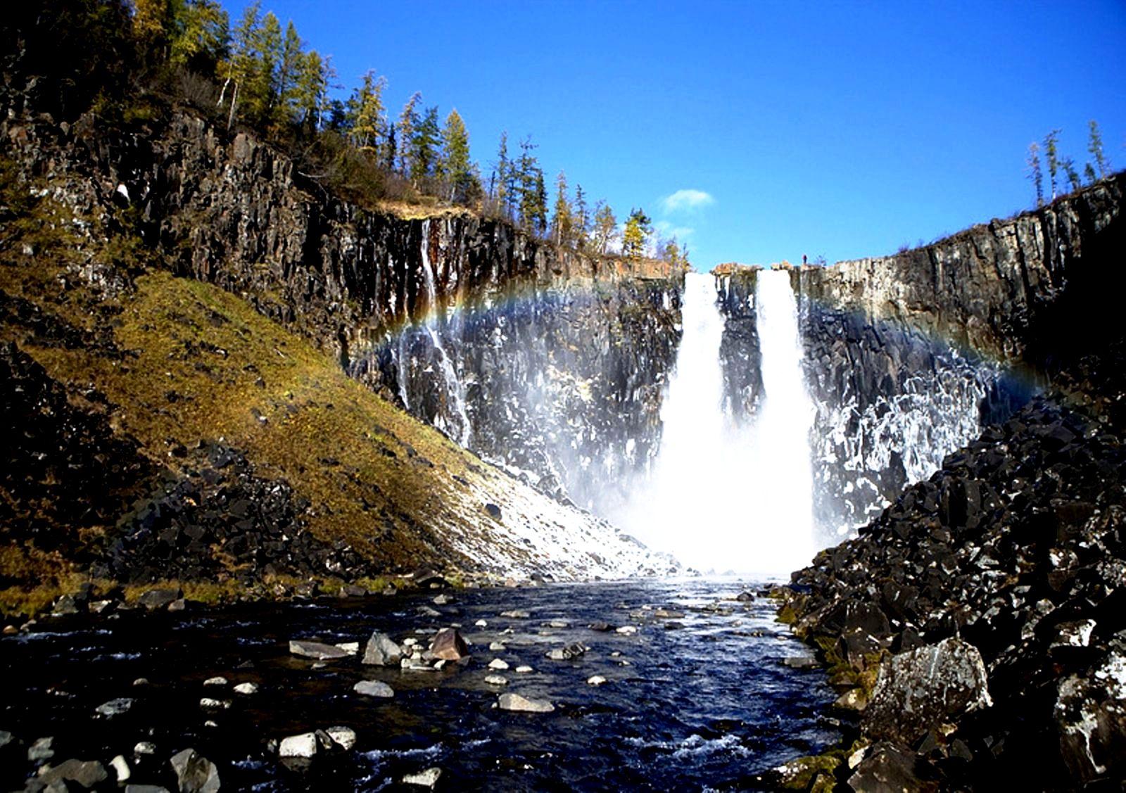 блики света на водопаде