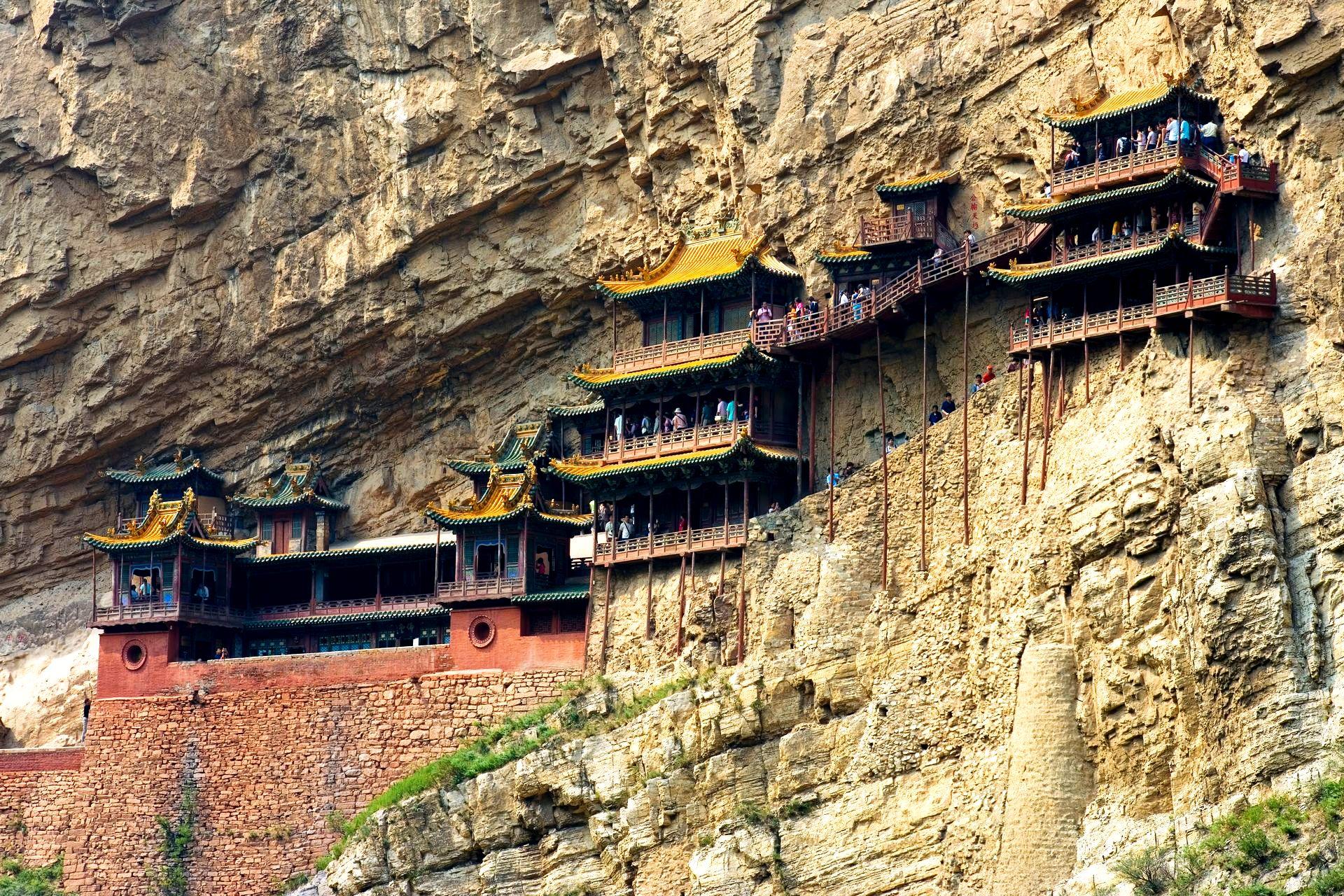 висячий на скале монастырь