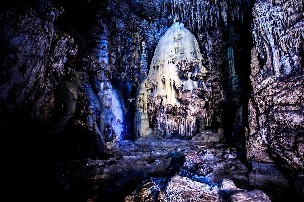 сталагмиты в пещере