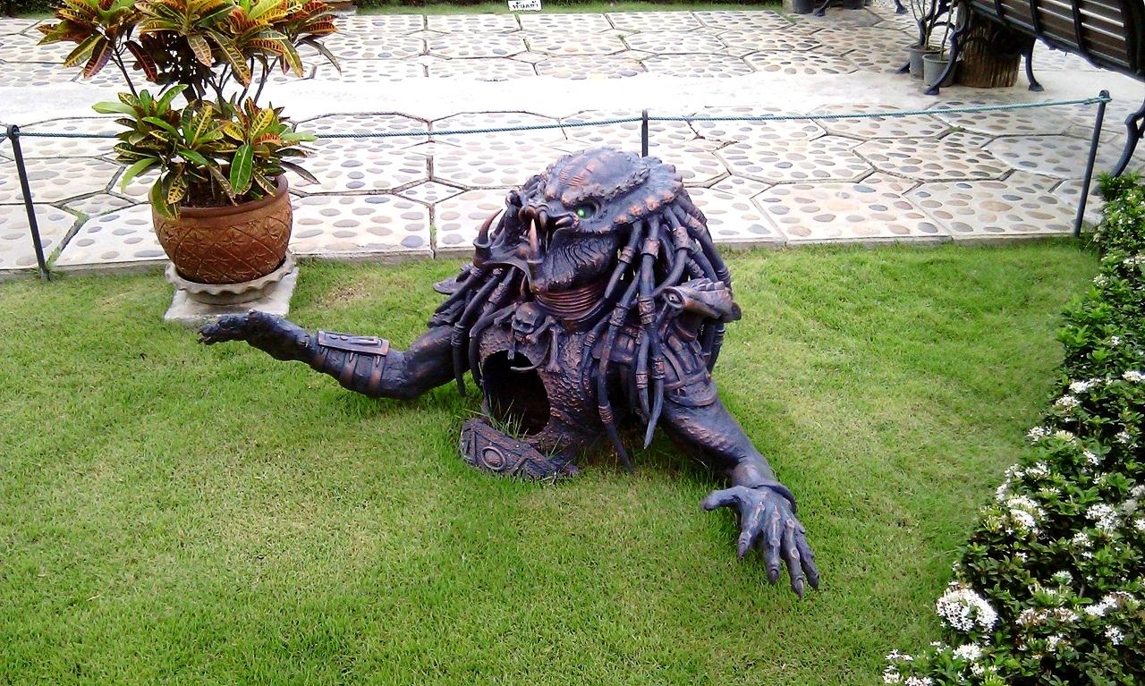 скульптура хищника в ват ронг кхун