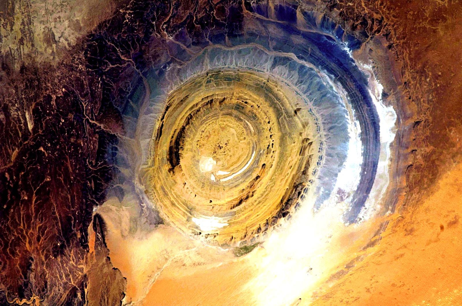 загадочный глаз пустыни