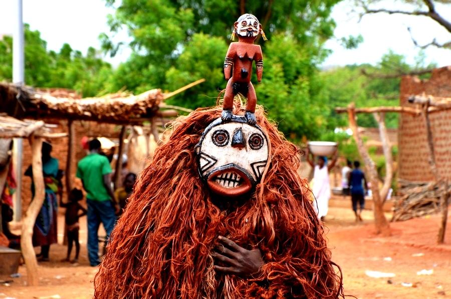 маска с куклой в буркина фасо