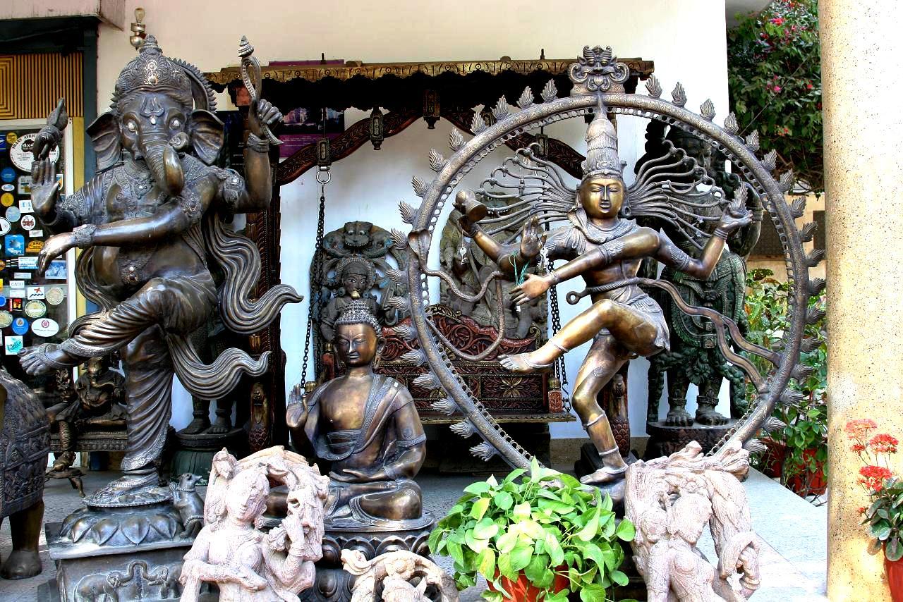 статуи индуистских богов в Кхаджурахо