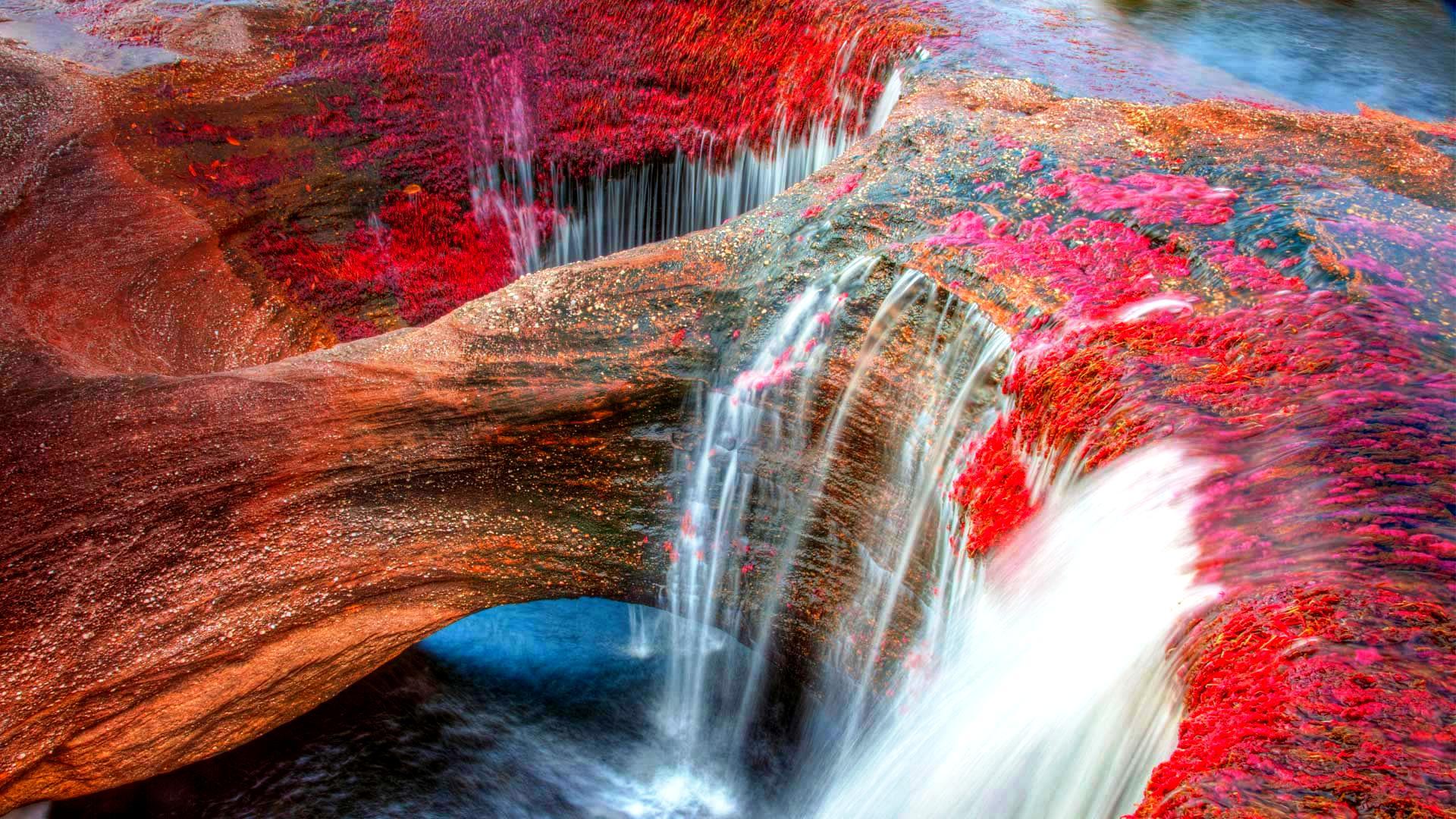цыетные водопады на реке