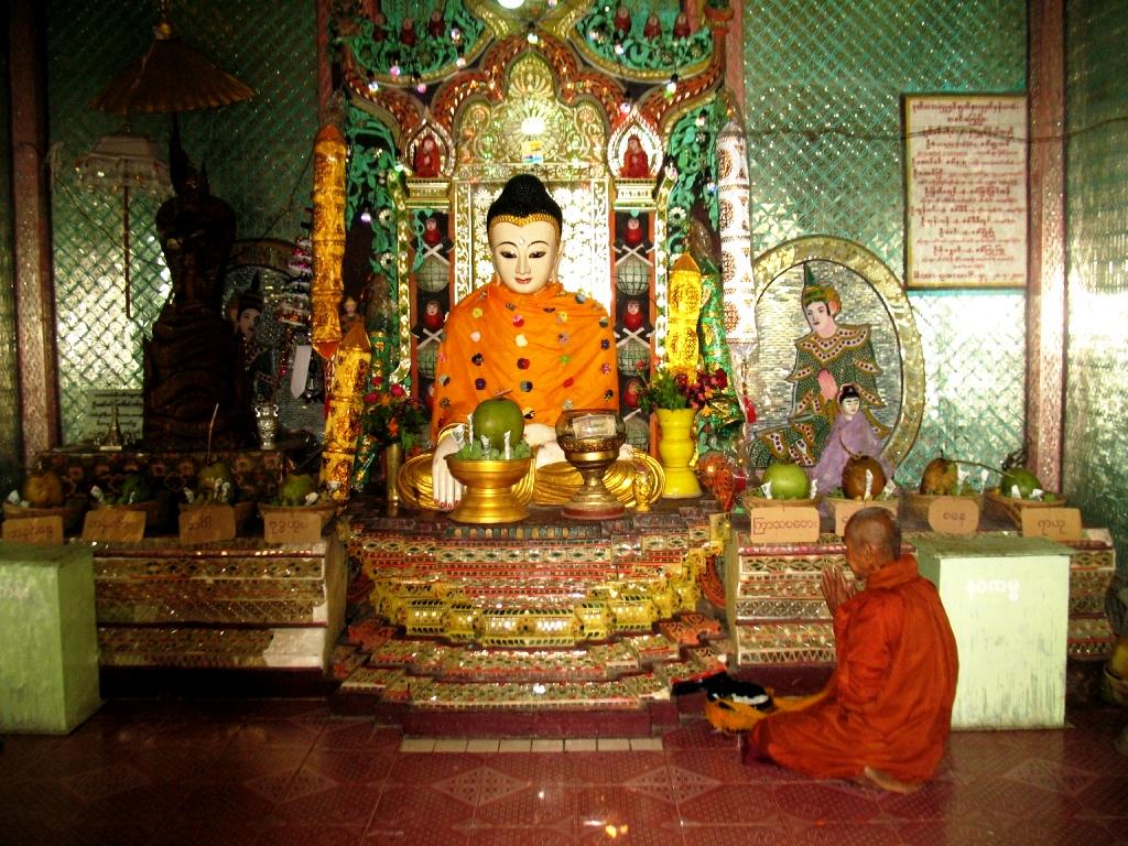 медитирующий монах горы попа
