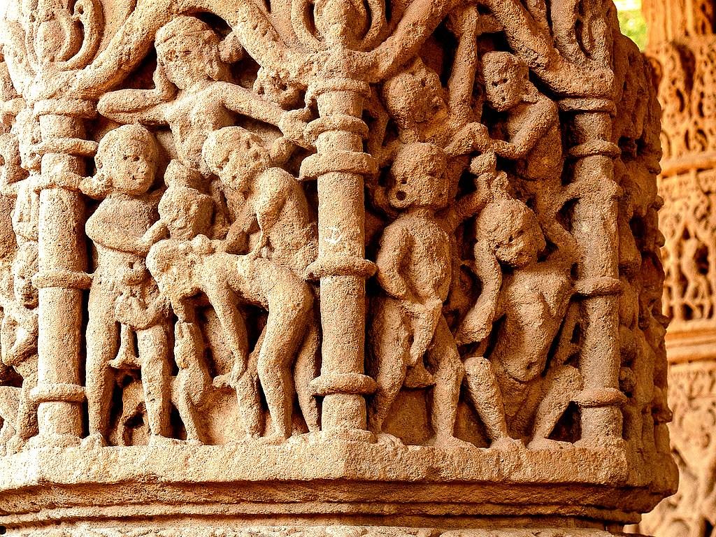 резные стены храма в модхере