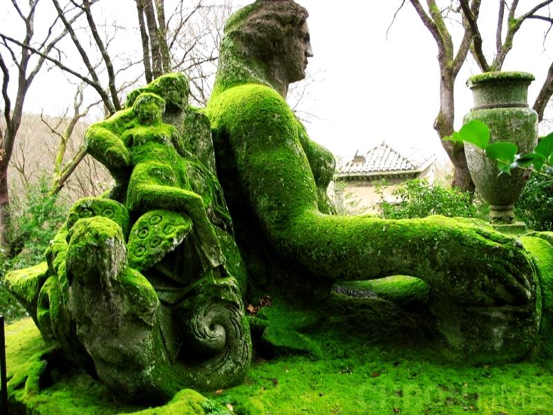 мох на скульптурах бомарцо