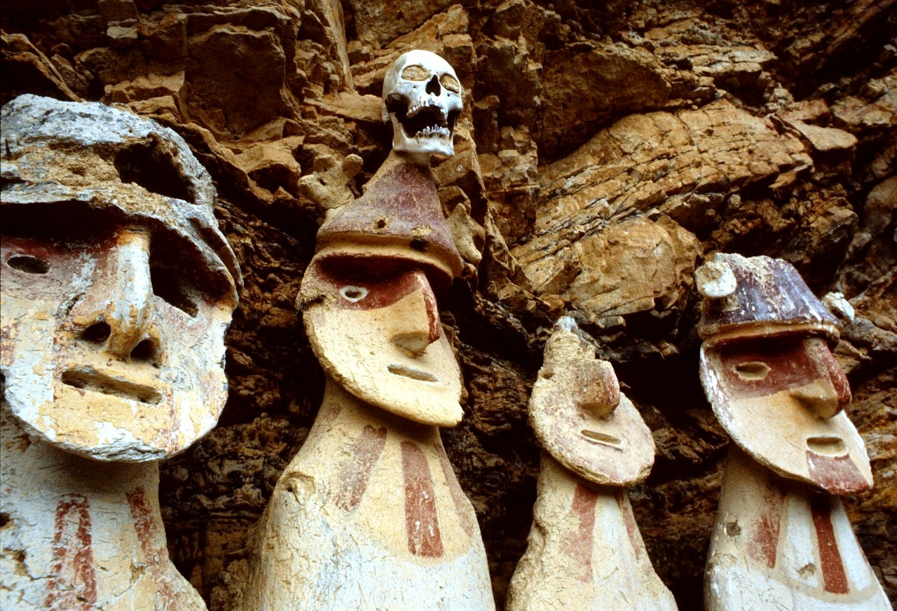 саркофаги с черепами