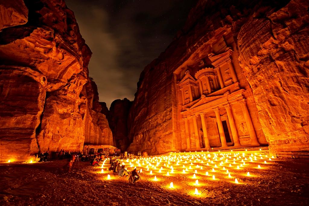 петра в свете свечей