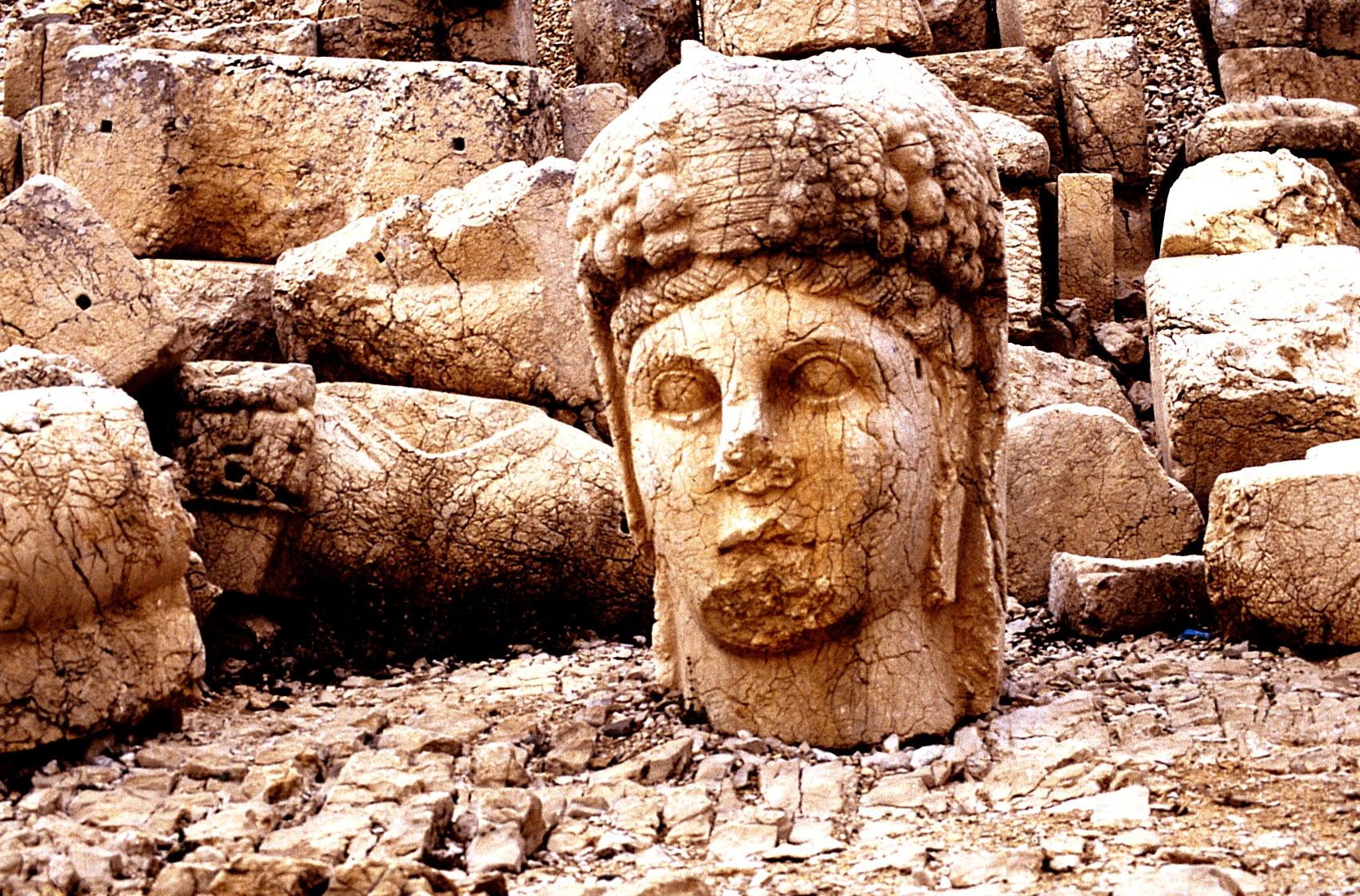 голова статуи на немрут горе