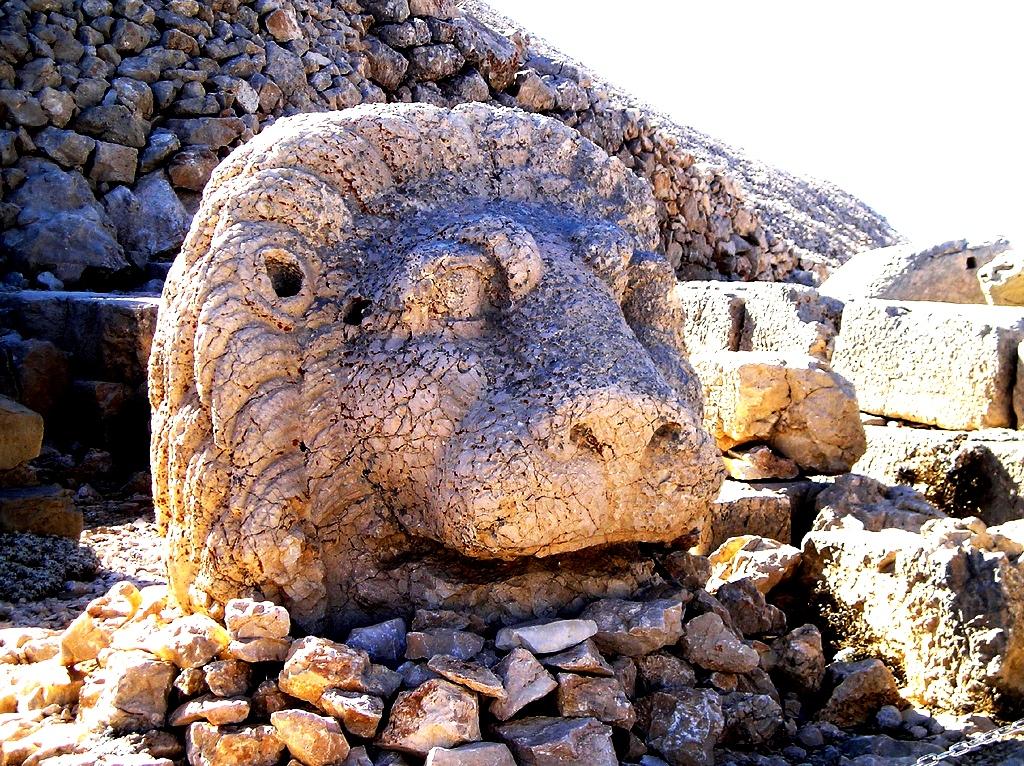 голова льва на горе немрут
