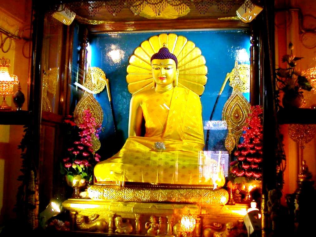 скульптура золотого будды