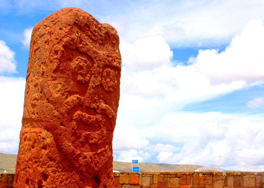 древняя статуя тиауанако
