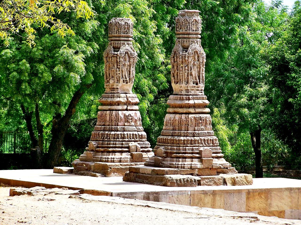 колонны сурьи в модхере
