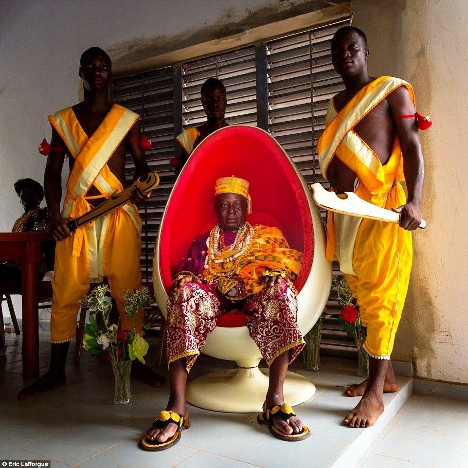 Король Дагомеи в яйцевидном кресле