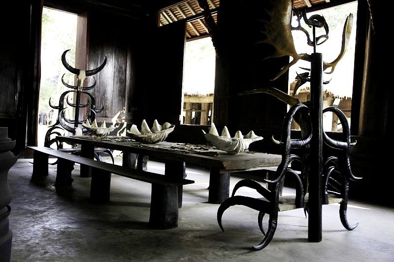 столы и стулья в черном храме