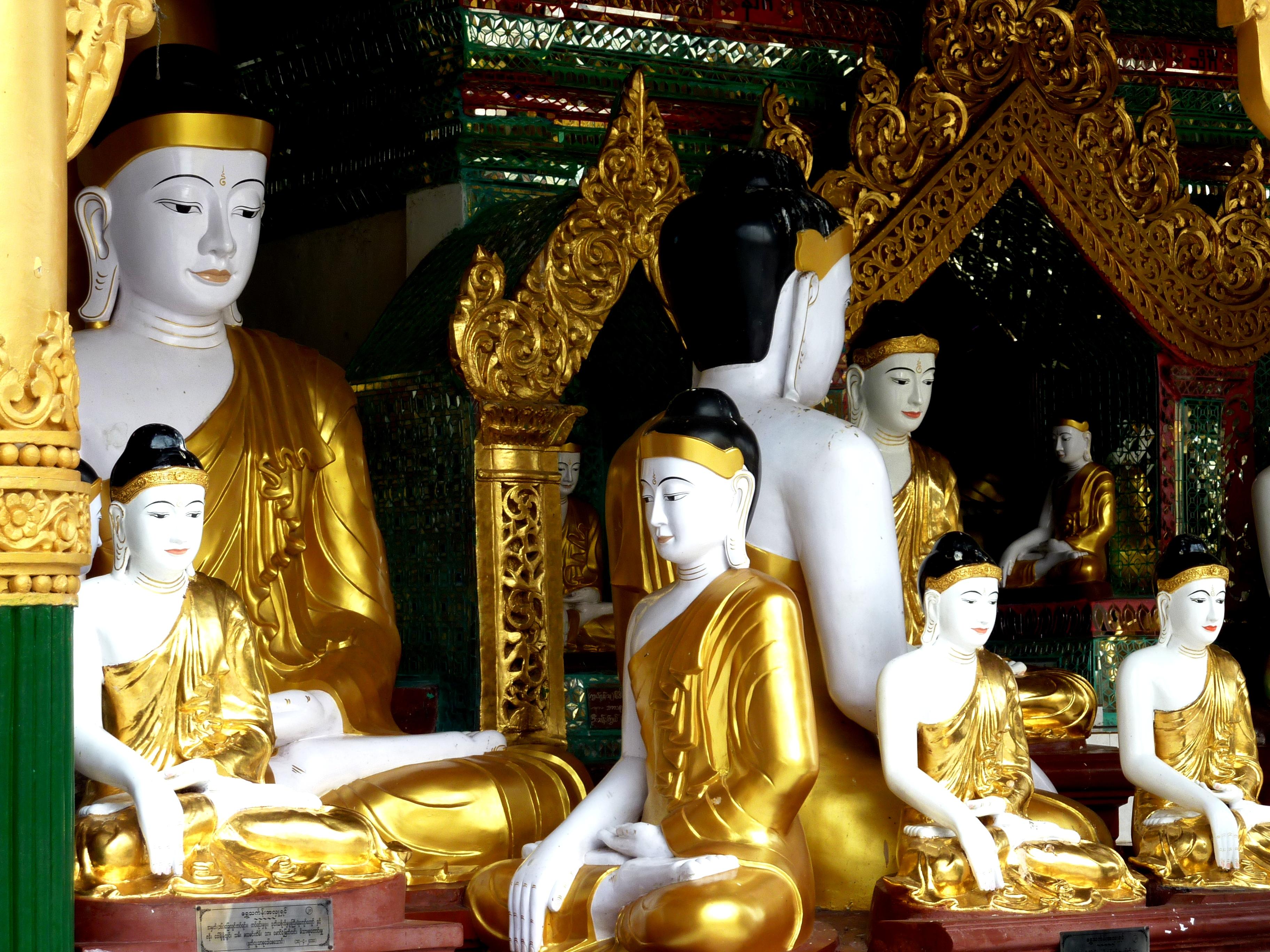 статуи будд в шведагоне