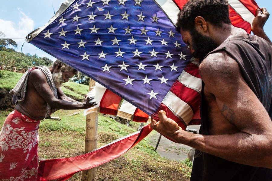 американский флаг на туземном острове