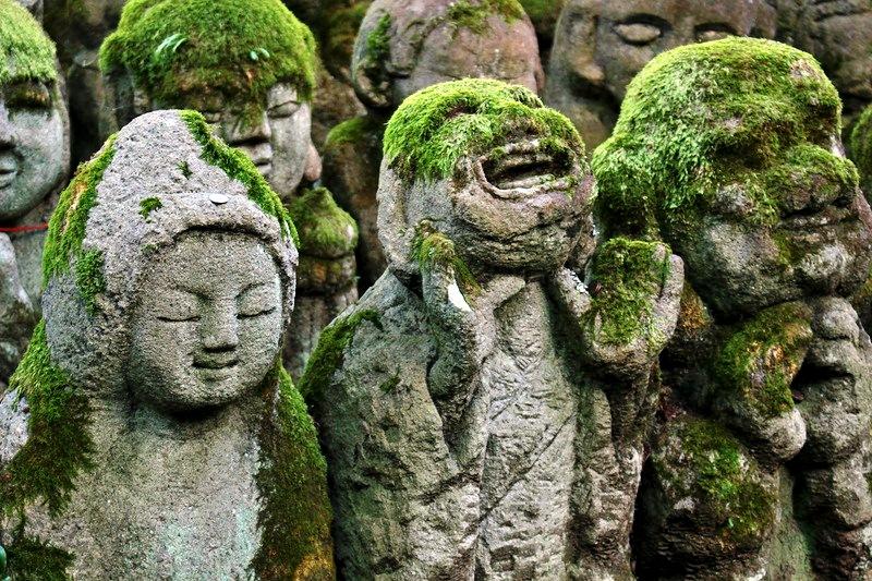 радостные будды синтоистского храма