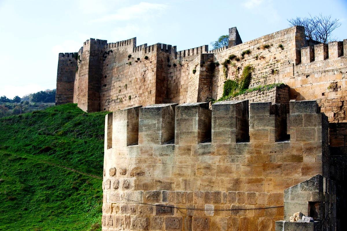 мощные стены нарын-кала