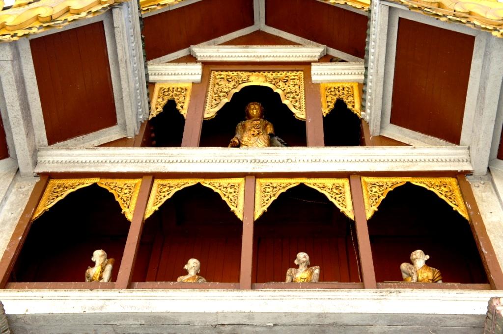 балкон с буддами в шведагоне