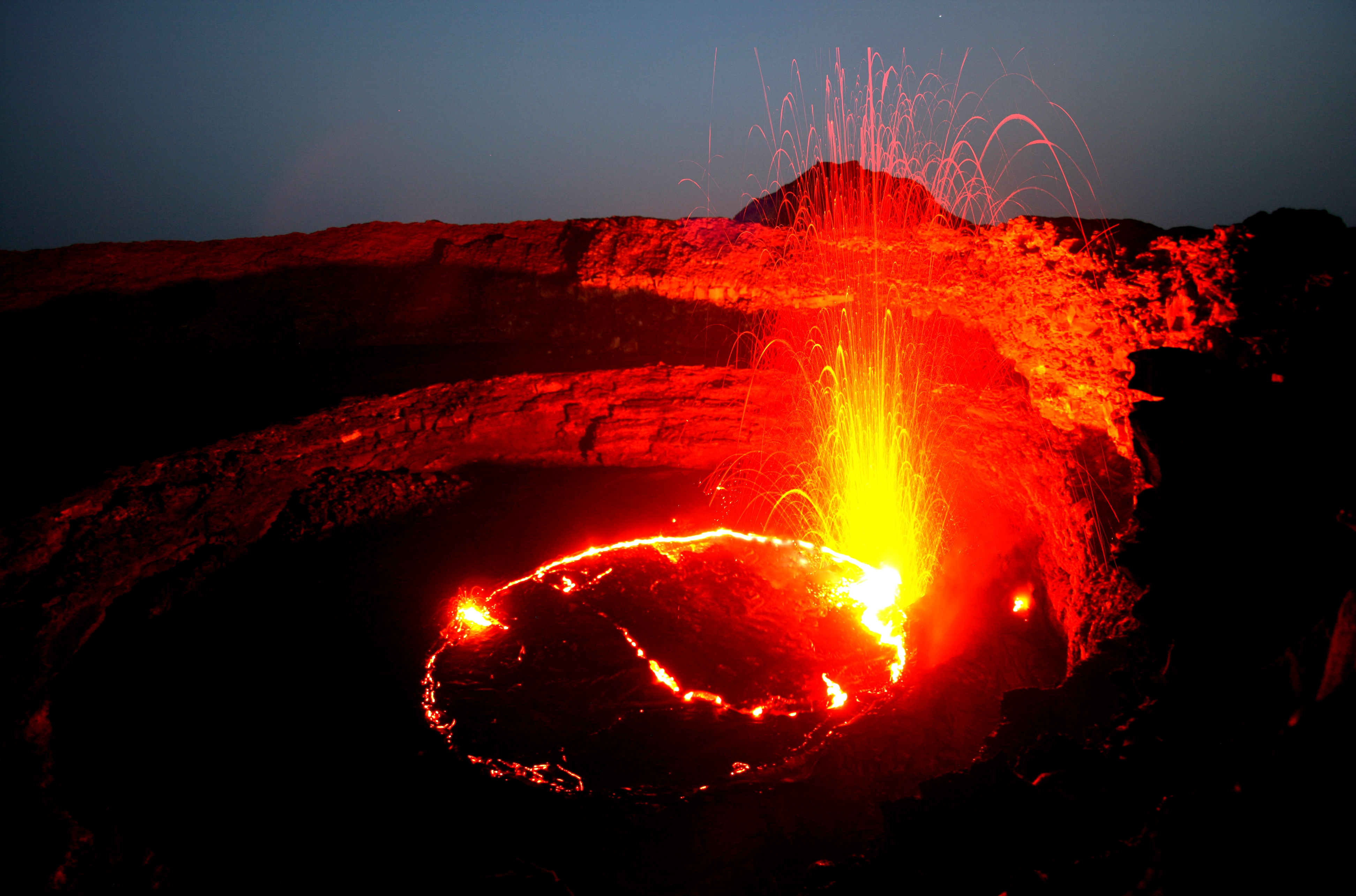 огненные нити над вулканом
