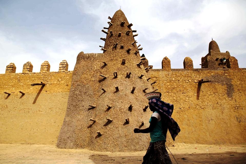 туарег на фоне мечети в тимбукту