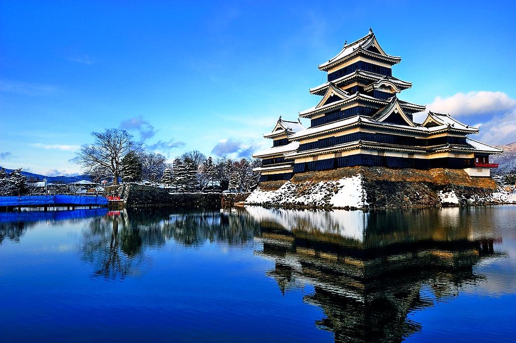 заснеженный замок мацумото