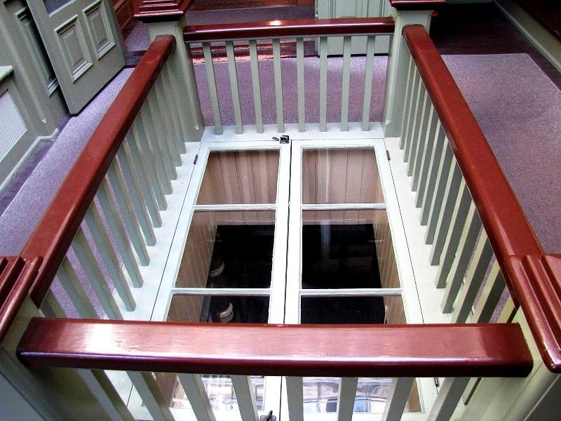 странные окна дома Винчестеров