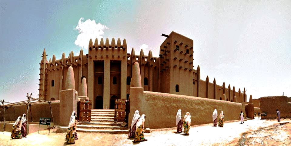 люди у мечети в дженне