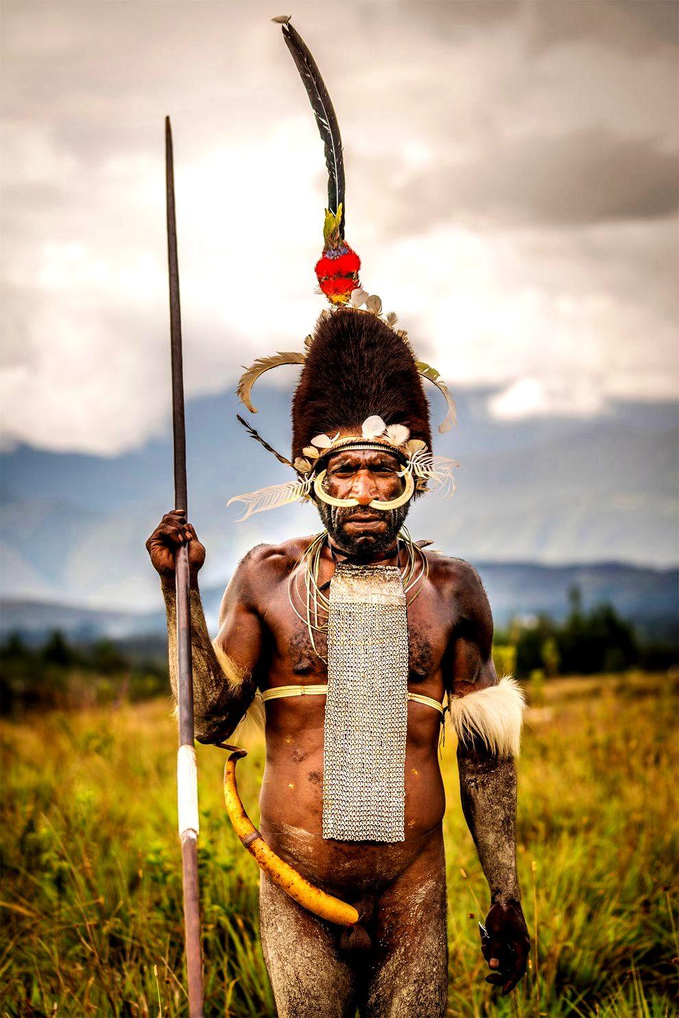 воин племени дани в шапке