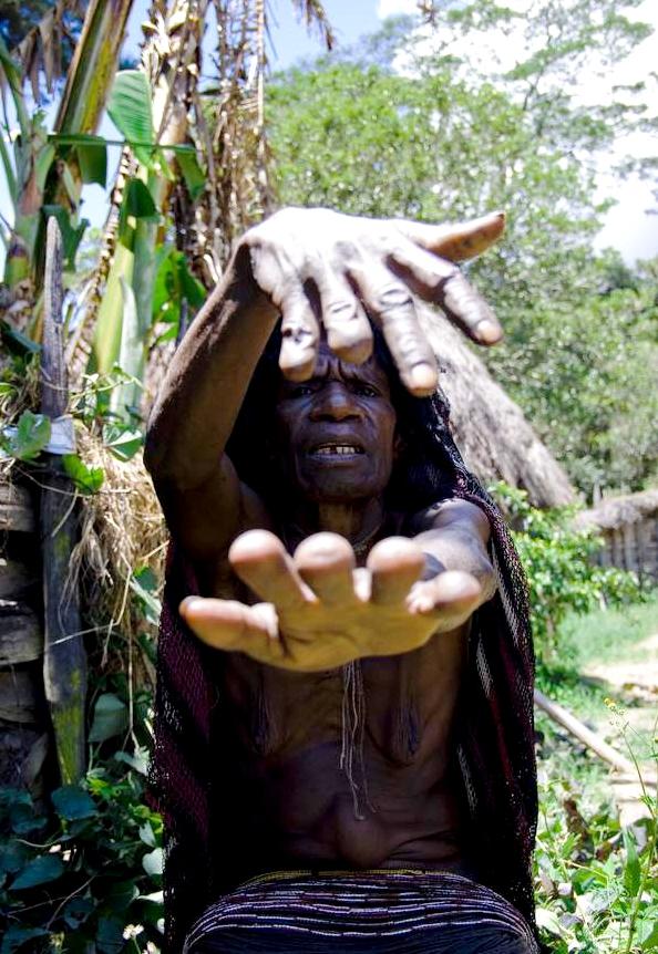 старушка племени дани