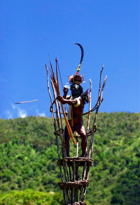 воин племени дани стреляет из лука