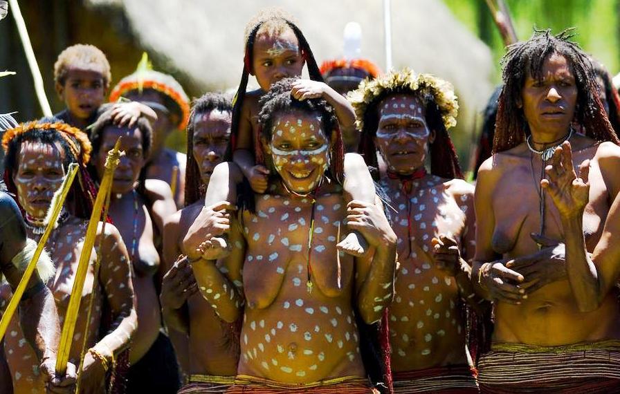женщины племени дани позируют