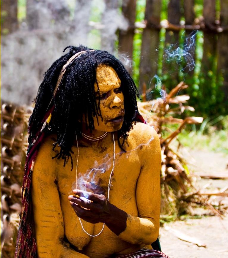 желтый папуас курит