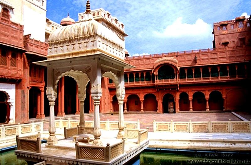 двор дворца в Джунагархе