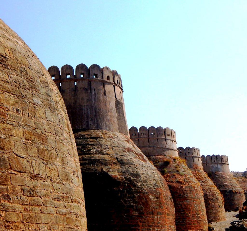 толстые стены кумбалгарха