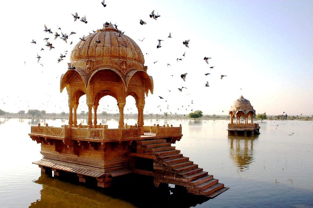 строения на озере, джайсалмер